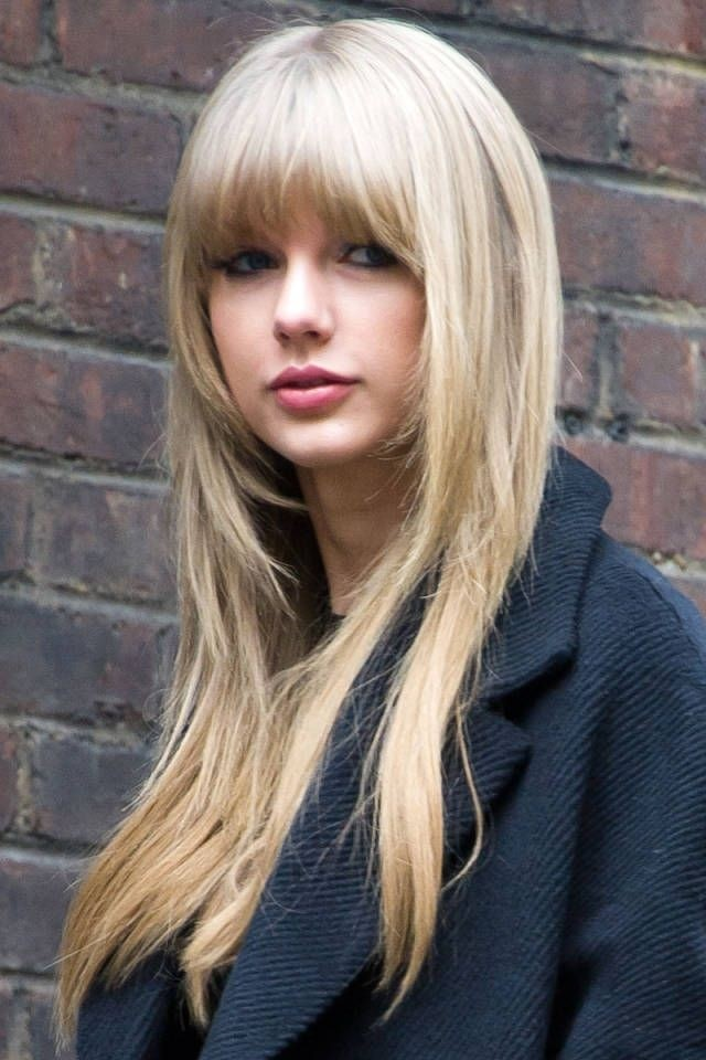 Taylor-Swifts-Long-Hair-Style-with-Short-Bangs